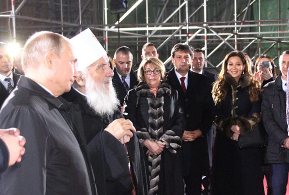 PUTIN NIJE SKIDAO POGLED SA CECE RAŽNATOVIĆ! Ovo je detalj sa dočeka predsednika Rusije pred Hramom koji je SVIMA UPAO U OKO! (Ekskluzivni snimak)