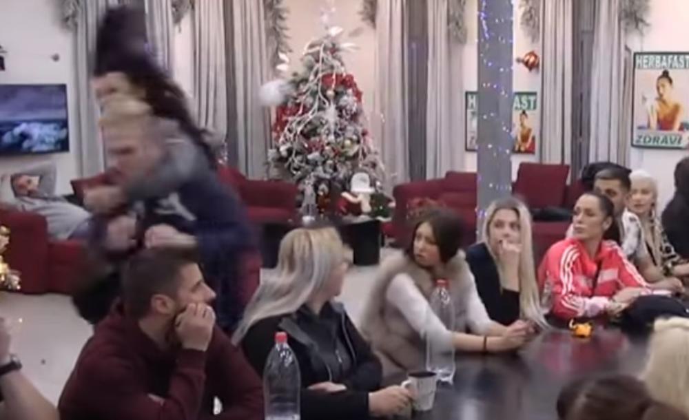 RAZJARENA ZERINA SKOČILA BENETU ZA VRAT: Svom snagom ga udara! Obezbeđenje je jedva skinulo s njega (VIDEO)