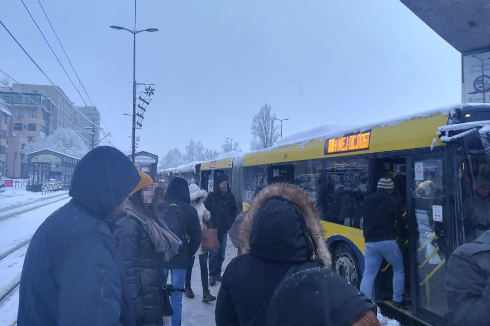 09:32h DŽUMBUS NA BANOVOM BRDU: Autobus 52 preprečio se posred Požeške, pa se još i sudarili drugi autobus i taksi