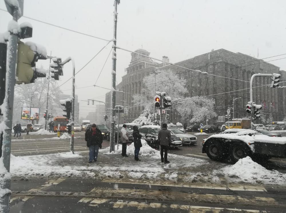 12:10h GRADONAČELNIK RADOJIČIĆ: Sneg raščišćava 1.600 ljudi i 300 vozila