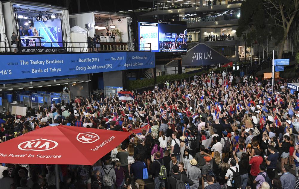 <p>Novak Đoković, najbolji teniser sveta, pozdravio je navijače posle titule na Australijan openu.</p>