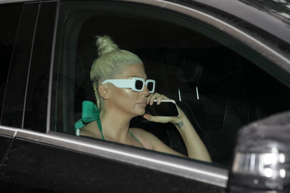 JK PROVALJENA! NIJE USPELA DA SAKRIJE TELEFON NI POSLE OGROMNOG SKANDALA: Karleuša obukla ZELENO, preozbiljna izašla iz kola, a ovo smo snimili na ekranu njenog MOBILNOG! (FOTO)