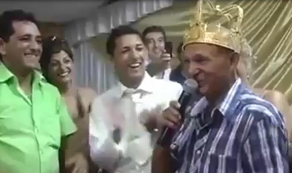 KRALJ SI NARODNE MUZIKE, A SADA I ZVANIČNO: Pogledajte krunisanje Šabana Šaulića!   ZLATNU  KRUNU DOBIO NA SVADBI! Evo šta je onda zapevao  (VIDEO)