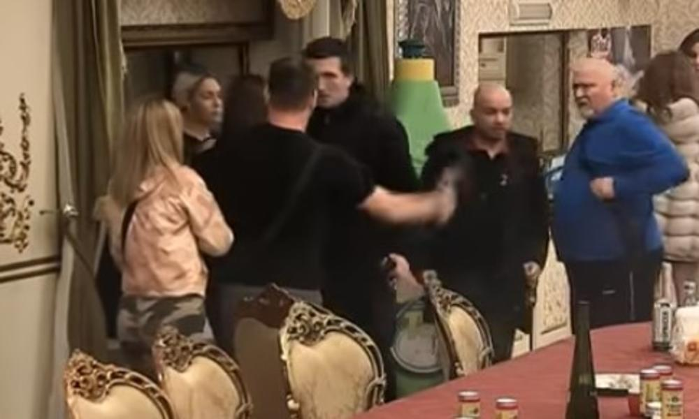 NJEGOV ODLAZAK RASTUŽIO JE SVE: Učesnik izbačen iz vile Parova, a jednom rečenicom je bivše cimere doveo do SUZA od smeha! (FOTO)