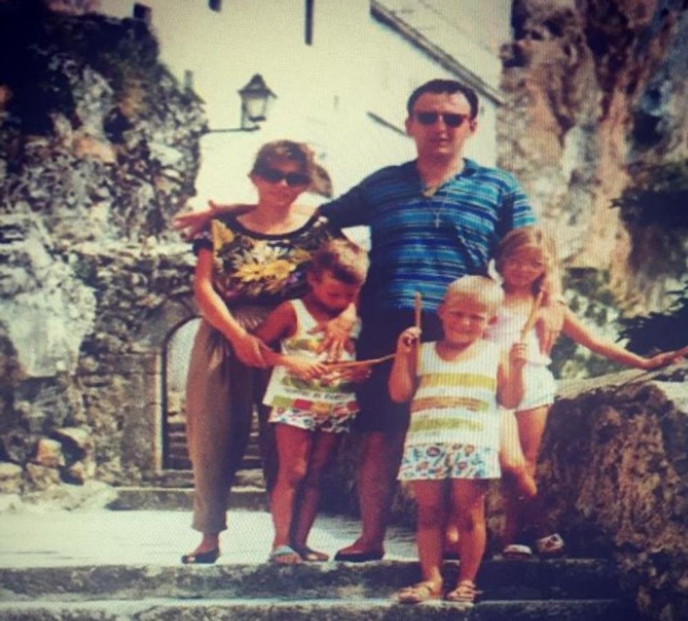 S NJOM JE ARKAN DOBIO ČETVORO DECE: 13 godina bili su u braku, a evo kako  danas izgleda PRVA supruga Željka Ražnatovića! NJEMU JE SVETINJA (FOTO)