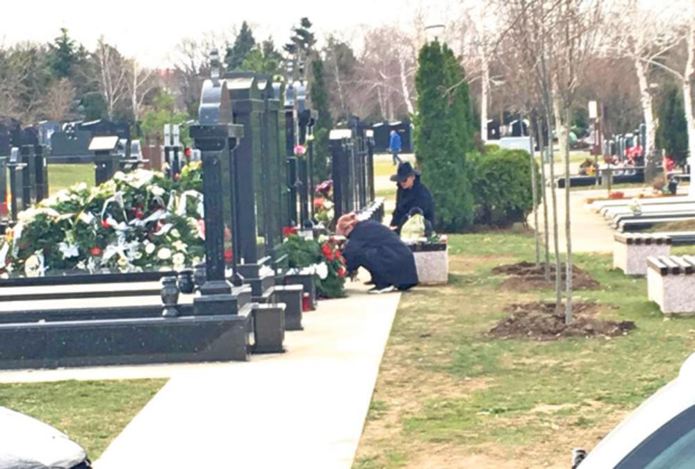 KARLEUŠA OBIŠLA GROB SVOJE MAJKE: Posle 15 dana diva u crnini na Novom bežanijskom groblju sa tetkom Danijelom! (FOTO)