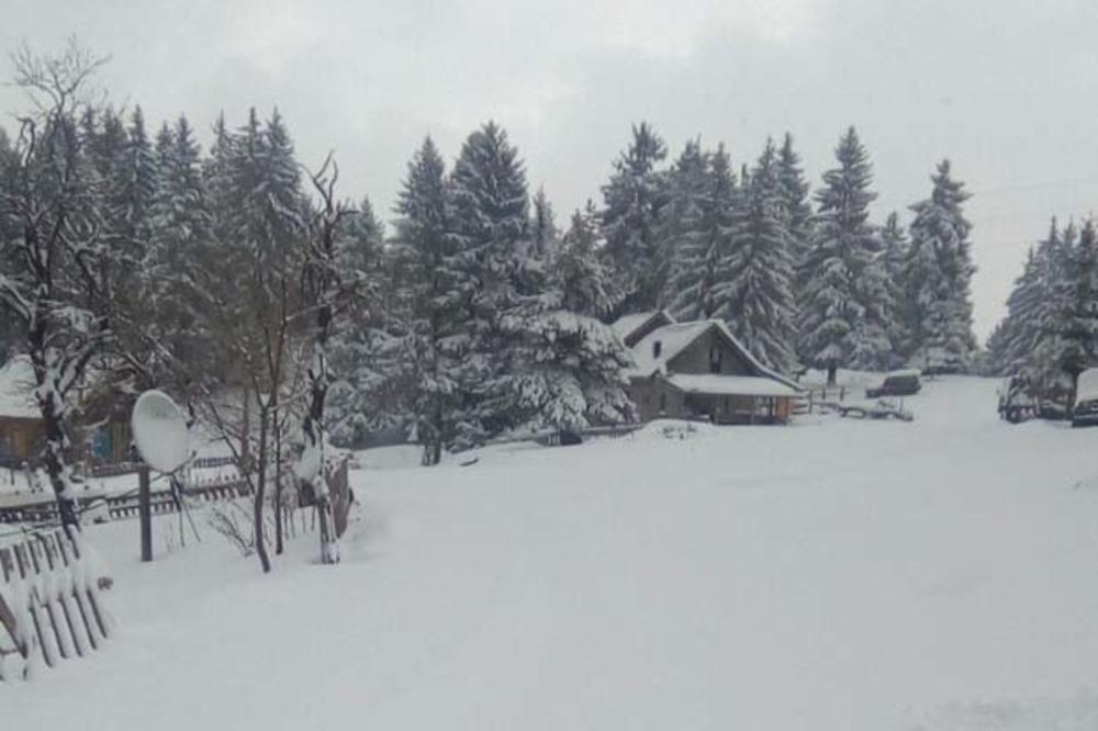 ŽESTOKA MEĆAVA NA PEŠTERU: Palo i do pola metra snega, zavejani putevi, deca nisu mogla da se probiju do škola! (FOTO)