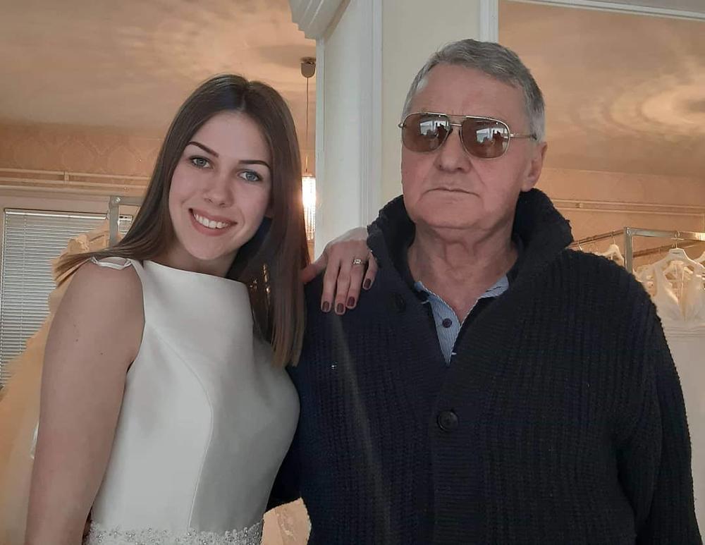 RODITELJI MILIJANE BOGDANOVIĆ PROLAZE KROZ PAKAO, A NJU BAŠ BRIGA! Hoće da se uda se za 53 godine starijeg Milojka i ne odustaje, a majku i oca joj NAPADAJU NA ULICI!
