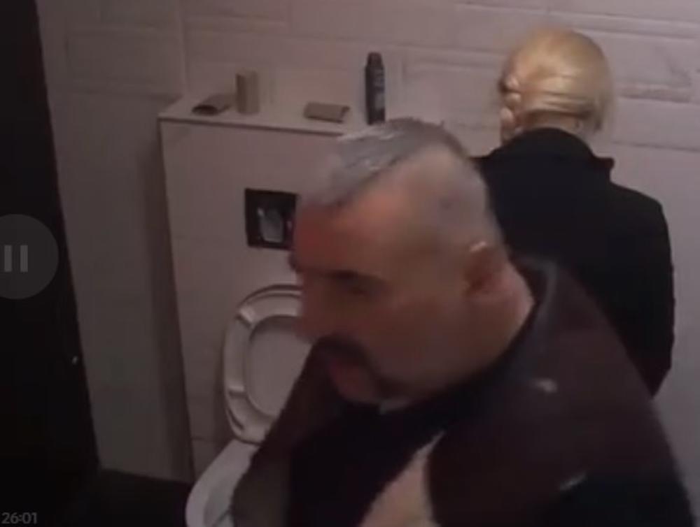 PALA I SUZI! PREKLINJALA GA I MOLILA DA TO URADE! Miki Đuričić i Suzana ušli u tuš-kabinu i imali ŽESTOK SEKS! (VIDEO)