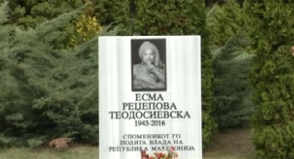 Esma Redzepova Dobila Spomenik U Skoplju Pevacica Ostavila Vise