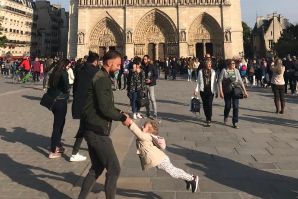CEO SVET IH TRAŽI, USLIKANI SAT PRED POŽAR U NOTR DAMU: Otac se igrao sa ćerkicom ispred katedrale, a onda je buknula VATRA! (FOTO, VIDEO)