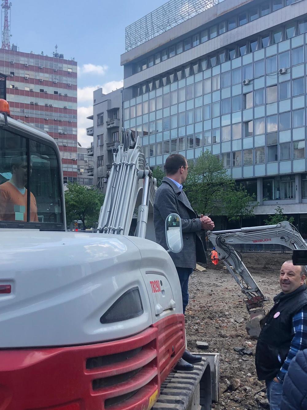 ĐILASOVE PRISTALICE PONOVO DIVLJAJU U CENTRU BEOGRADA! Razvalili ogradu, upali na gradilište pa oterali radnike!