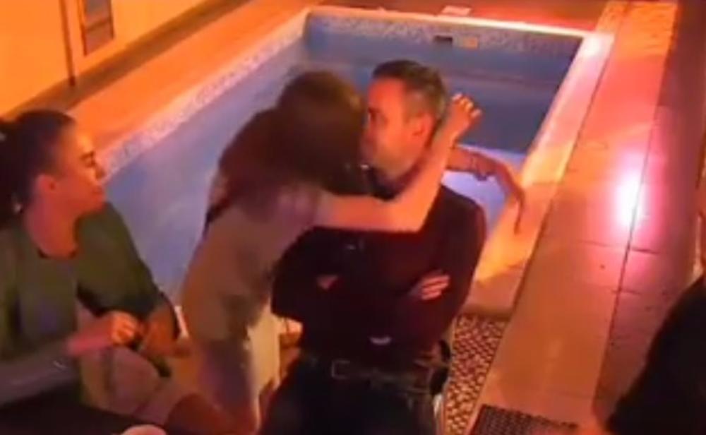 MILIJANA (21) OSTAVILA DEDU MILOJKA (73)?! Strastveno poljubila Požgaja pred kamerama! NE MOŽE VIŠE DA SE UZDRŽI (VIDEO)