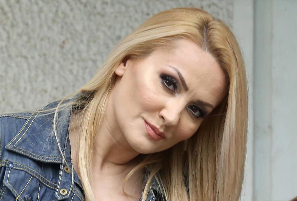 GOCA TRŽAN POBESNELA, PA ZAPALILA TVITER IZJAVOM: Pevačica bez dlake na jeziku progovorila o abortusu i SILOVANJU! (FOTO)