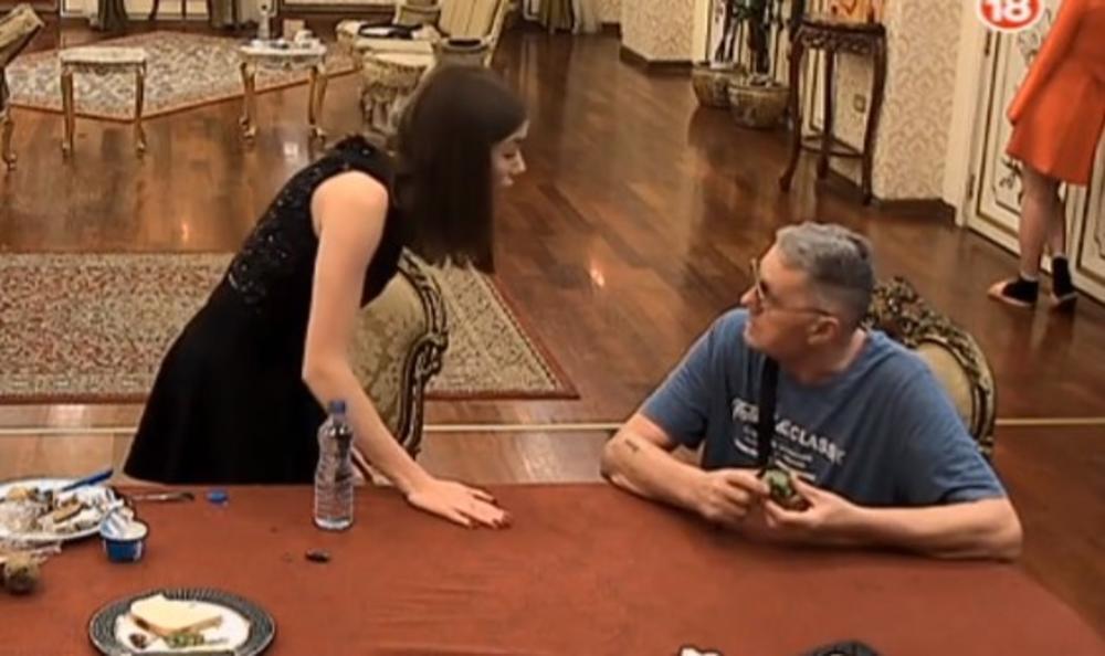 SEDI DOLE, GLAVU ĆU TI SLOMITI: Milijana vitlala NOŽEM i pretila Milojku, svi ćute dok ona URLA OD BESA! (VIDEO)