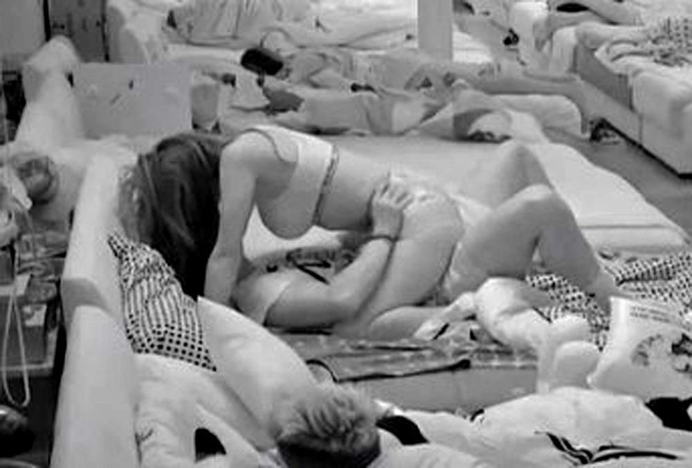 DAVID I ANA PREŠLI SVE GRANICE: Koraćeva se popela na dečka, više se i ne pokrivaju, a sve pršti od STRASTI! (VIDEO 18+)