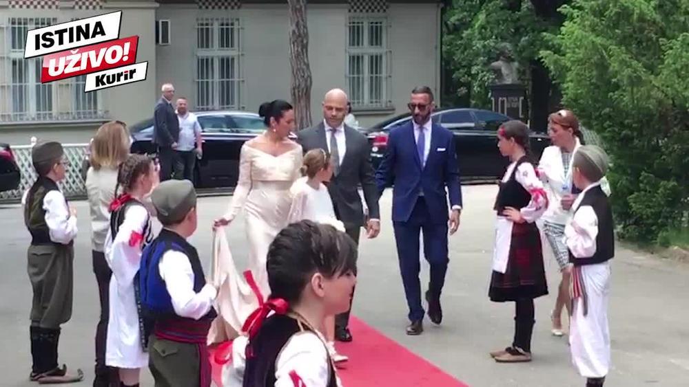 POGLEDAJTE KAKO PRINCEZA VALERIJA PONOSNO KORAČA KA OLTARU: Srpska princeza oduševila Srpkinje JEDNOSTAVNOM venčanicom! BLISTA! (KURIR TV)