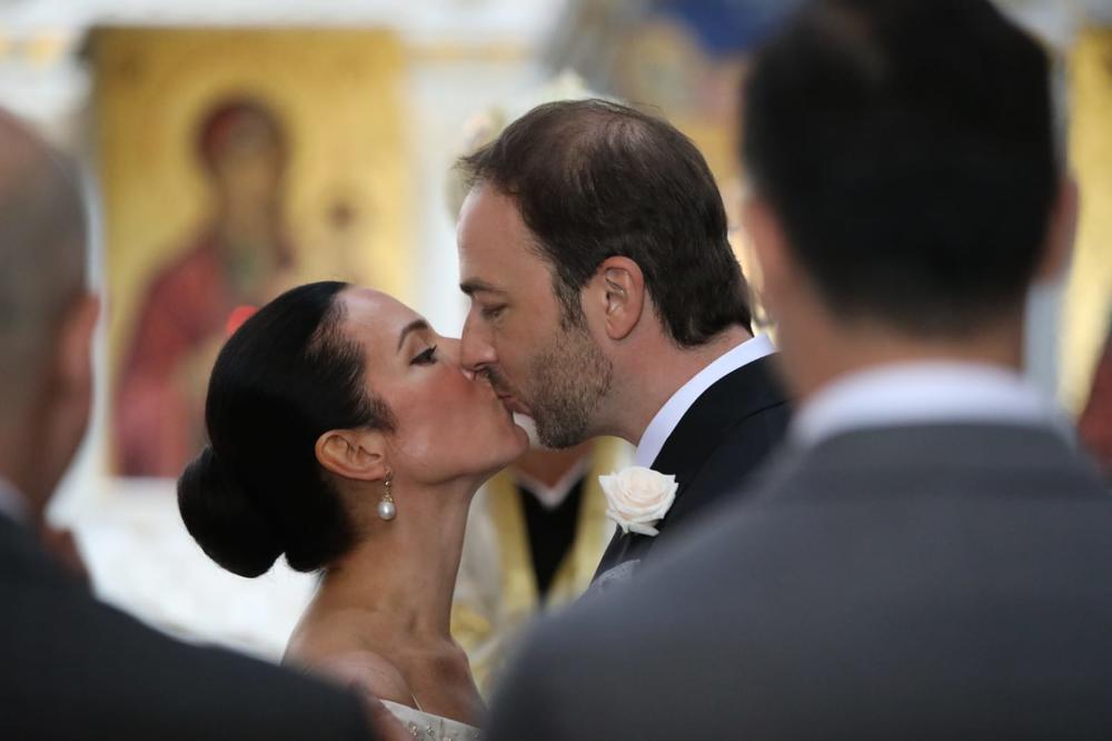 ROMANTIČNI KARAĐORĐEVIĆI: Nakon ljubljenja SRPSKE KRUNE i zavetovanja na večnu ljubav, usledio i PRVI POLJUBAC (FOTO)