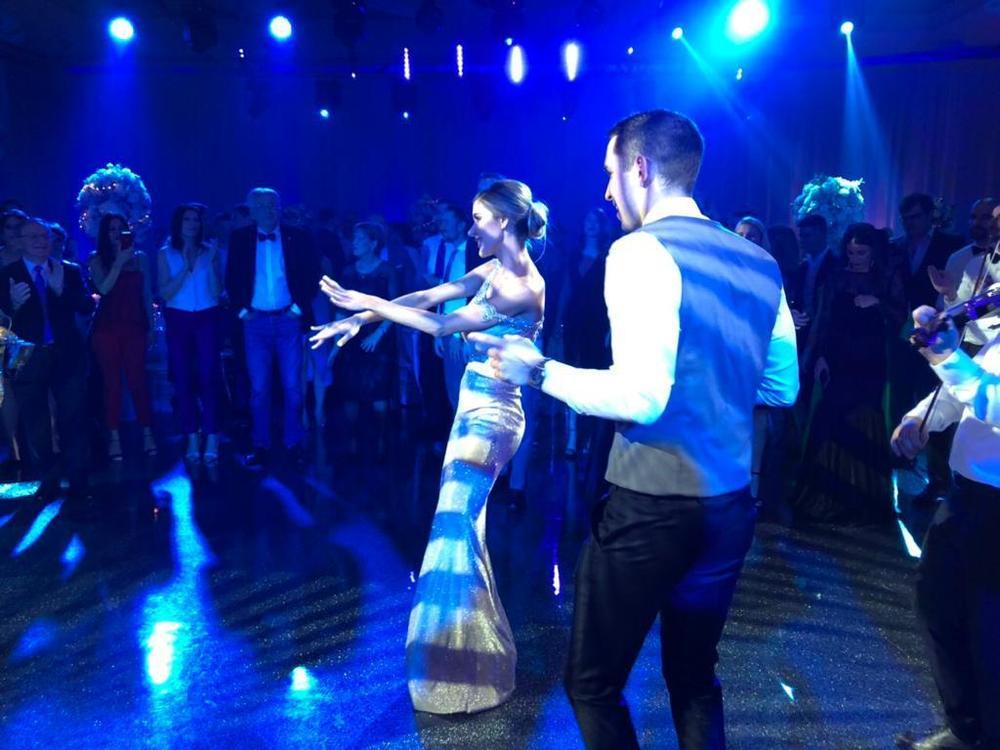 CECIN VELIKI HIT ODZVANJAO JE CELOM SALOM! Draganu i Miloša okružile sve zvanice, a oni se zaigrali! Trudna mlada NE STAJE! (VIDEO)