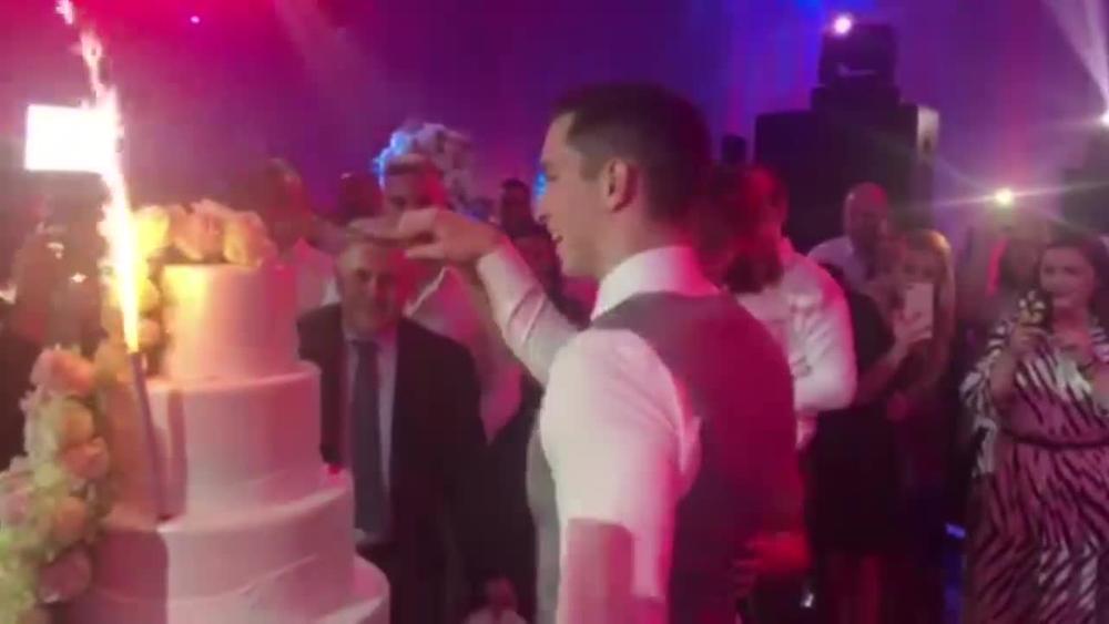MLADENCI UDRUŽILI SNAGE PA ISEKLI TORTU! A tek da čujete kakva ih je muzika u tom trenutku pratila! (VIDEO)