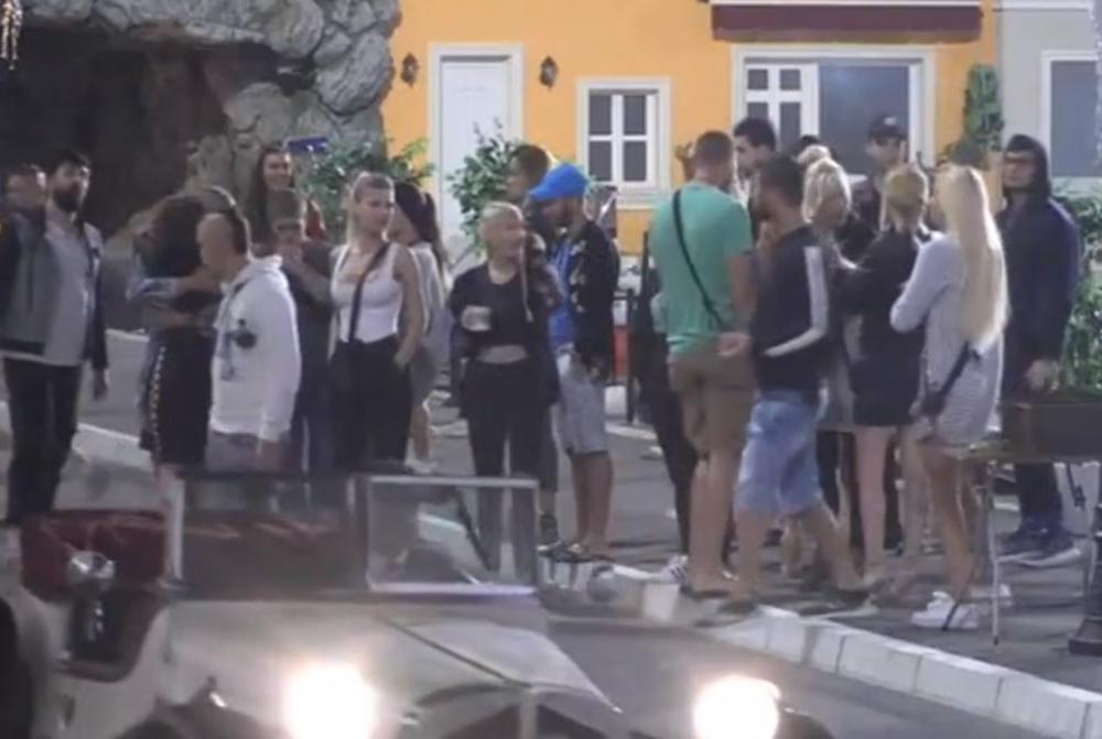 OVA TAKMIČARKA NAPUSTILA JE RIJALITI: Imala je s*ks pred kamerama, a sada se ovako pozdravila sa dečkom! (VIDEO)