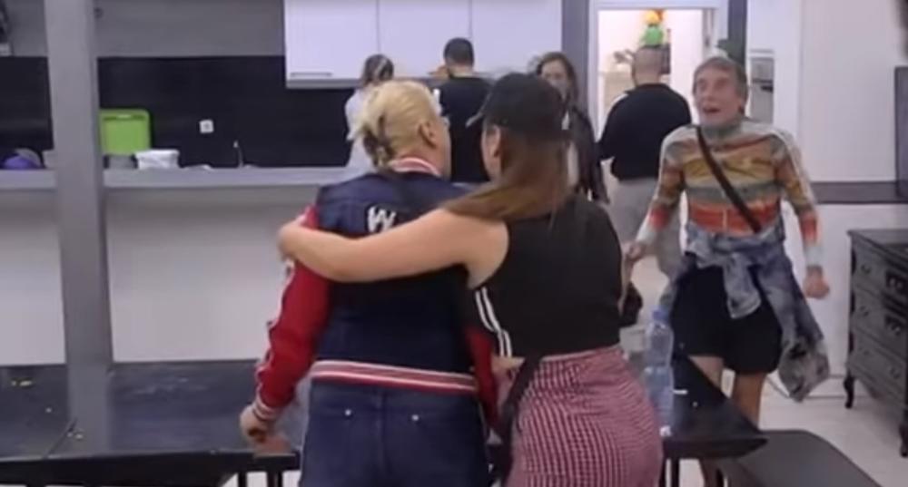 NEĆE IMATI KO DA TE SAHRANI, NESREĆNIČE: Marija Kulić i Lepi Mića RATUJU sve vreme, ali sad niko nije mogao da ih SMIRI! Pljušte uvrede i psovke! (VIDEO)