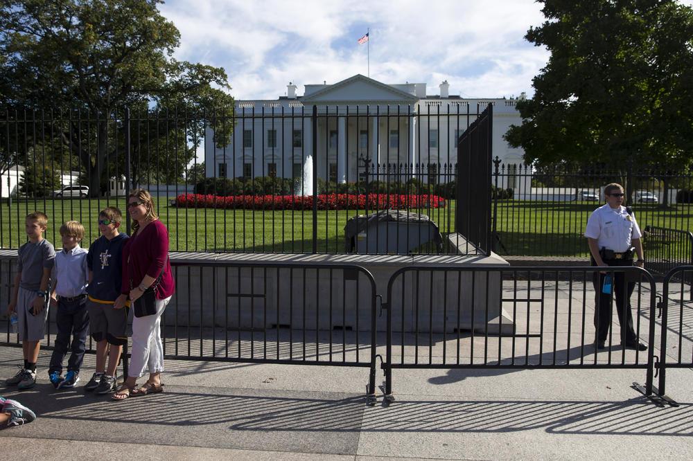 TRAMP U PANICI: Plaši se uljeza pa diže oko Bele kuće BARIKADE od 4 metra koje će koštati 64 MILIONA DOLARA!