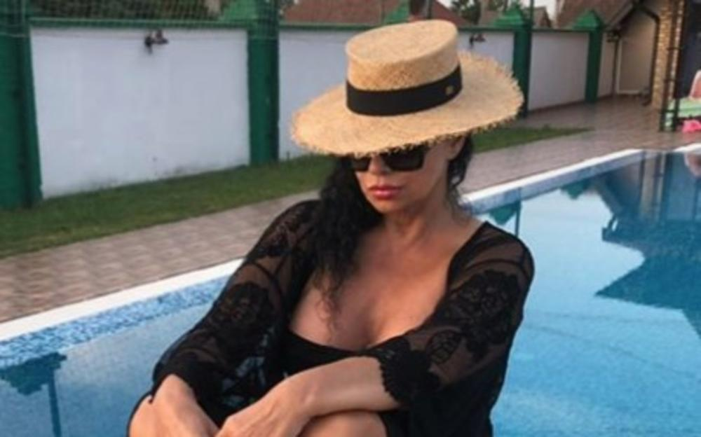 KONAČNO JE I ONA POKAZALA BRADAVICU! Lidija Vukićević servirala grudi na izvol'te: Uživanje, a kako drugačije! (FOTO 18+)