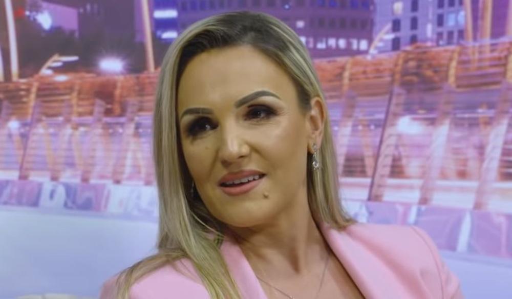 TO SIJA SA SVIH STRANA! Albanska pevačica DERE po svadbama, pa ulaže u kuću kojom JEDVA STIŽE da se bavi: Žena pliva u LUKUZU! (FOTO)