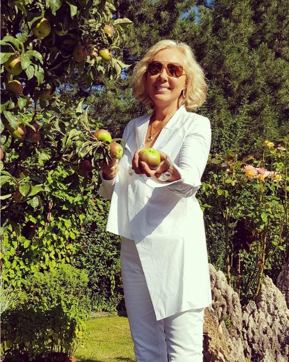 BRENA JOŠ NIJE OTIŠLA NA ČUVENO KRSTARENJE S DRUGARICAMA! Bacila se na voćarstvo: Gajim jabuke i delim ih komšijama! (FOTO)