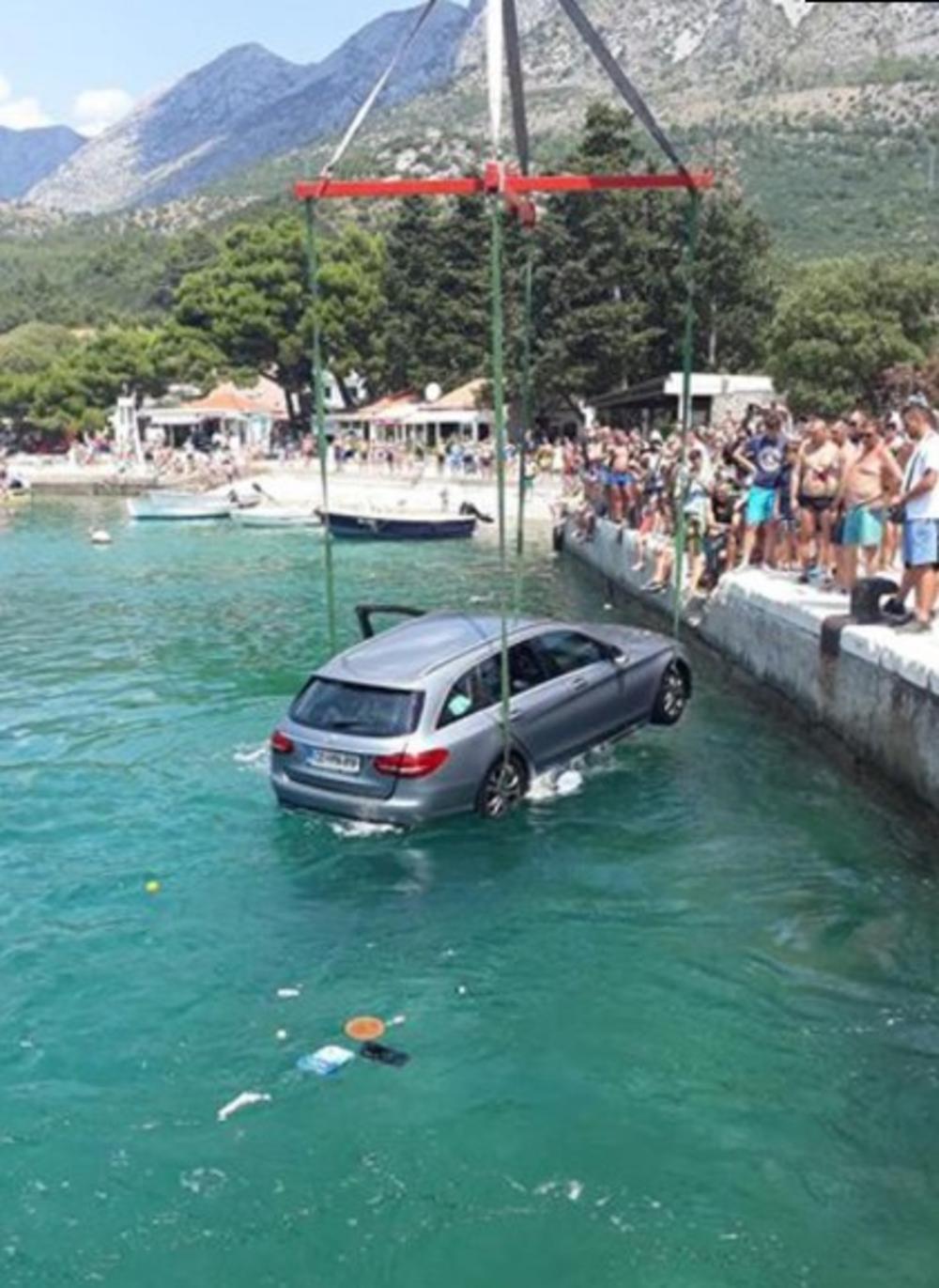 <p>U trajektnoj luci u Drveniku kraj Makarske auto je sleteo u more jer je navodno promašio rampu za ukrcavanje.</p>
