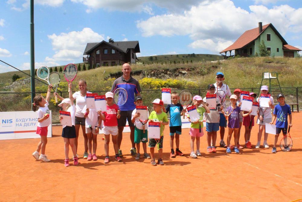 22:28h NASTAVLJENA AKCIJA: Besplatna škola tenisa za mališane na Zlatiboru!