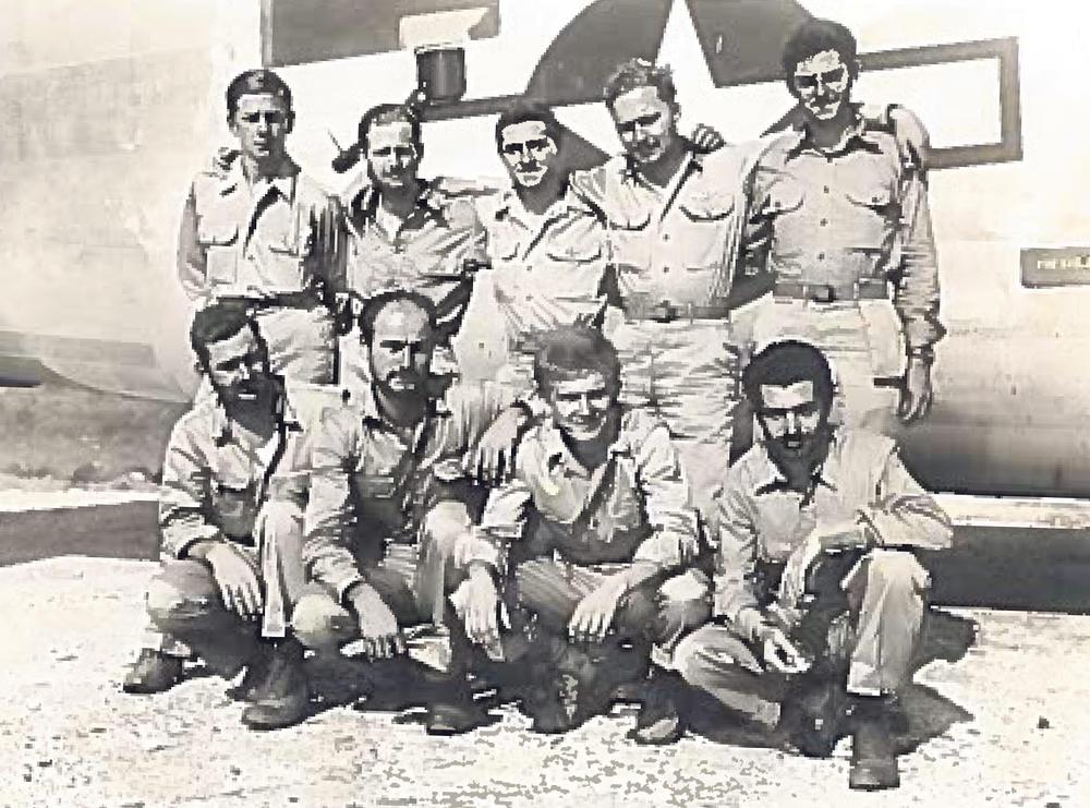 Posada pogođenog B-24... Karl Volpask stoji prvi