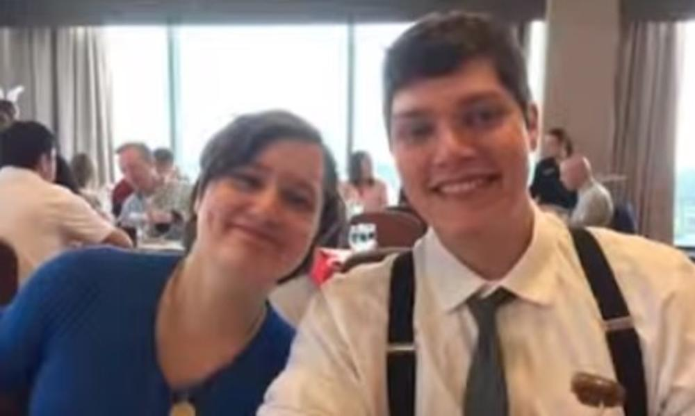 Konor Bets i njegova sestra Megan