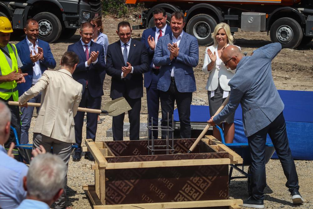 Miloš Vučević polaže kamen temeljac