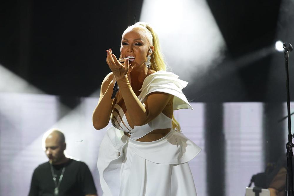 BRENA UZ VATROMET ZAPOČELA NASTUP NA UŠĆU! Pevačica MODNOM kombinacijom oduvala je raspoloženu publiku! SPEKTAKL NA MUSIC WEEK FESTIVALU! (KURIR TV)