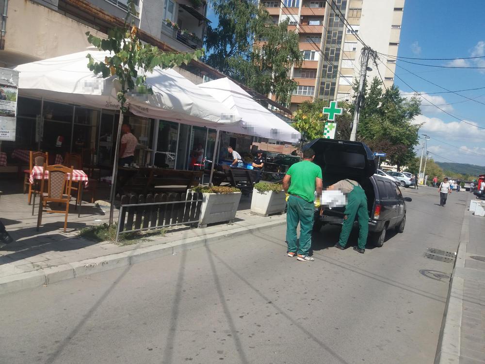 Mesto zločina... Pogrebnici iznose Gordanino telo iz kafane
