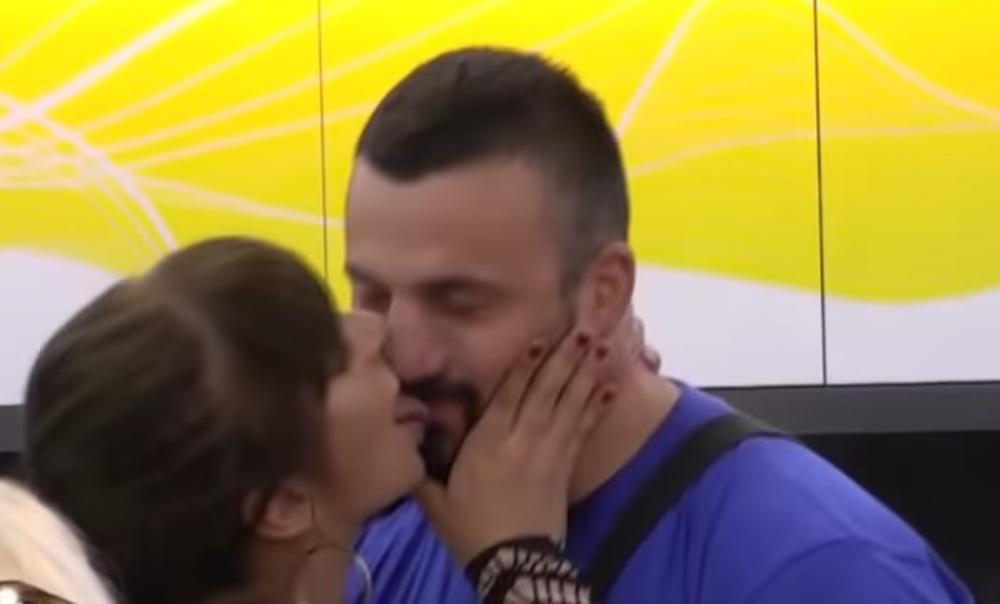 MILJANA HVATALA TOMOVIĆA DOLE, PA GA CELOG LIZALA: Prljavo su se zaigrali pred kamerama, a Marija Kulić GORI OD BESA! (VIDEO)
