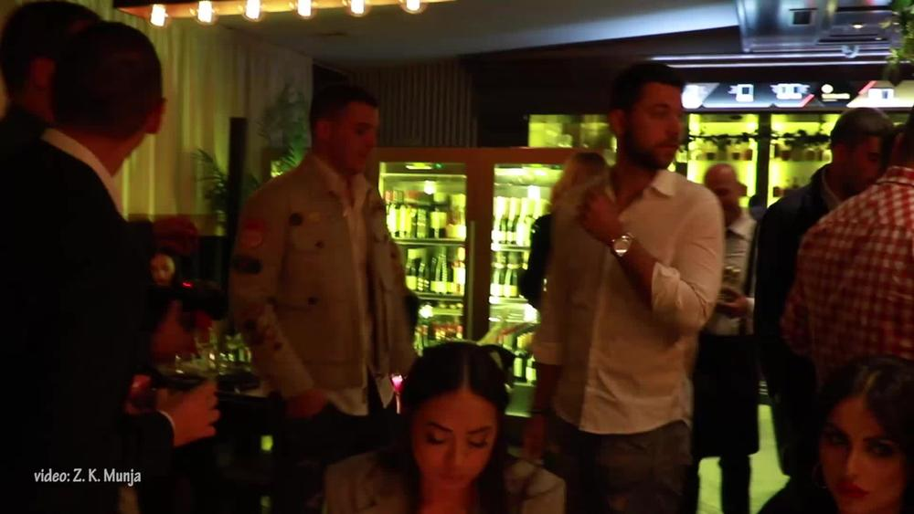 BRENIN SIN ODE U KAFEDŽIJE! Pogledajte kakav je ŠMEKER Viktor bio na otvaranju, a ONA je bila najveselija (VIDEO)