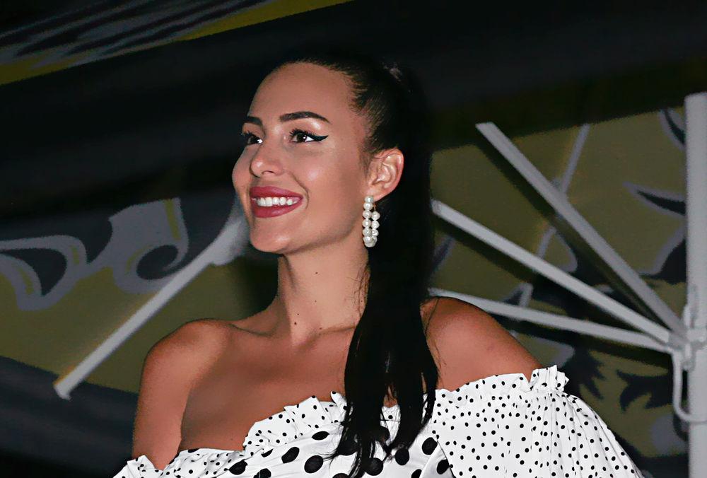 ANASTASIJA RAŽNATOVIĆ PROSLAVILA 22! Pevačica duvala svećice u nikad opuštenijem izdanju i SA 2 TORTE! HIT! (VIDEO)