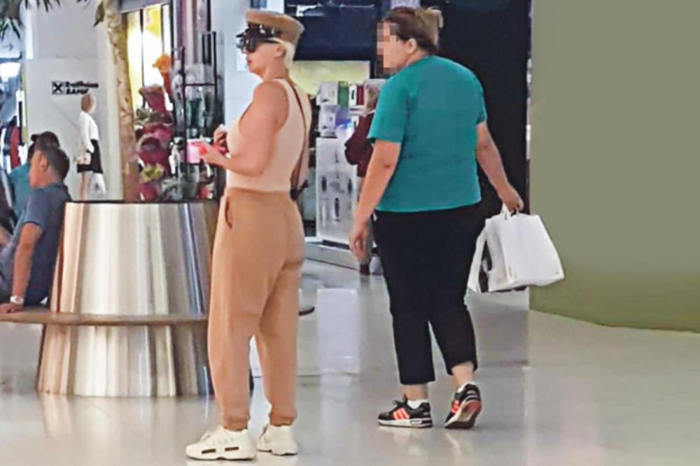 BAHATA KARLEUŠA! Diva ima ženu koja joj nosi kese! (FOTO)