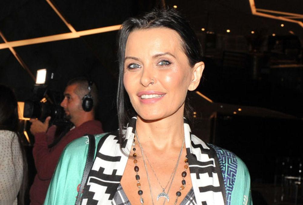 NAŠA MESEČNA KRV JE SVETA! Šok poziv Elene Karić ženama: Sakupljajte MENSTRUACIJU! Umesto tampona koristite čašice!