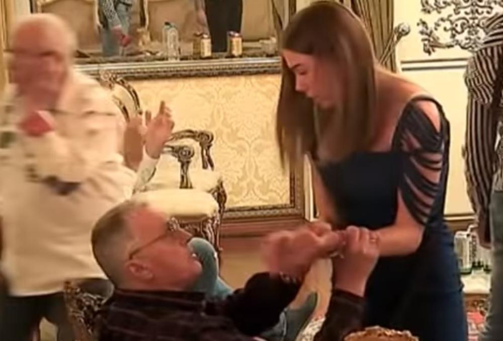 MILIJANA MUŽA VUČE ZA KOŠULJU, A ON JE GURA! GAZILA BIH TE ŠTIKLAMA: Nikad žešća svađa bračnog para, a sve zbog Milojkovog ROĐAKA! (VIDEO)