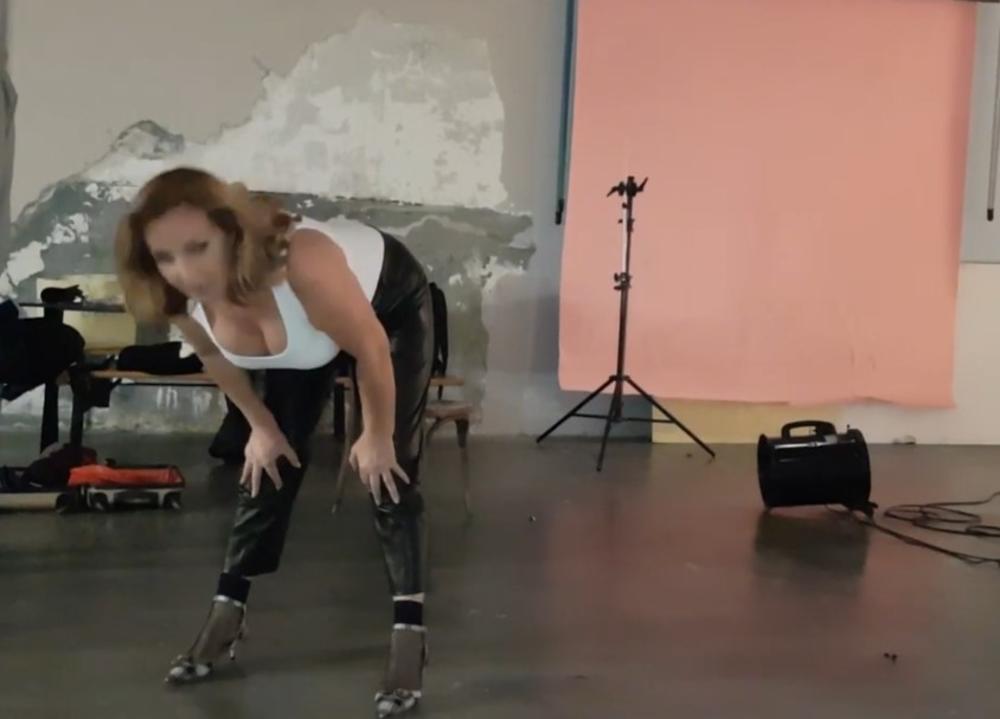 MRKI ĆE DA PRESKOČI SRCE KAD JE VIDI! Ana Bekuta smršala 17 KG pa se utegla u crne kožne pantalone, a tek kad snimi dekolte (VIDEO)