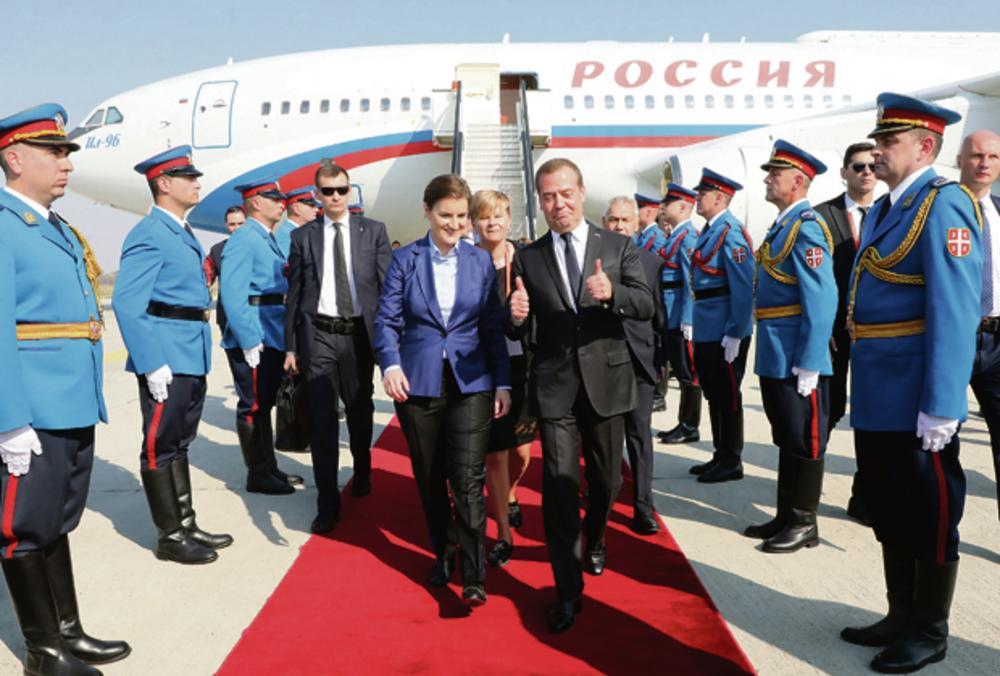 "12.00 Aerodrom ""Nikola Tesla"": Premijerka Ana Brnabić svečano dočekuje Medvedeva"