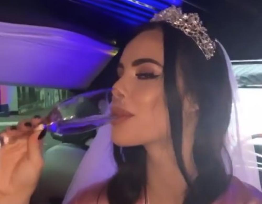 TRUDNA BOGDANA KAO PRINCEZA NA DEVOJAČKOJ VEČERI, NOSI I VEO: Veljkova verenica uskočila u limuzinu, otvorila šampanjac, a evo gde je ANASTASIJA! (VIDEO)