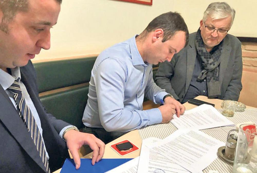 Potpisivanje  ugovora... Grujičić i  Pavlović