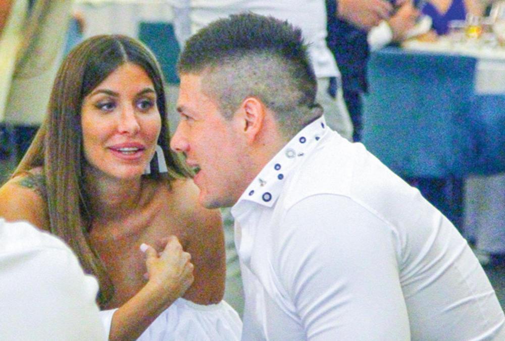 RADANOVIĆ ZAPROSIO JELENU! Na ruku joj stavio prsten od belog zlata: Buduća mlada SKOČILA kad je videla čime je OPTOČEN!