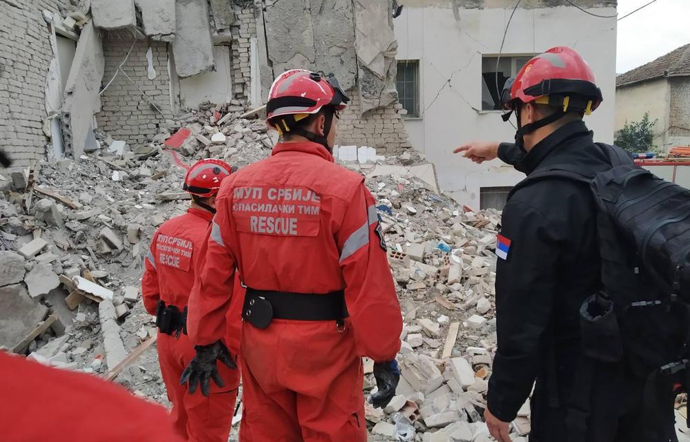 <p><em><strong>Spasilački tim iz Srbije izvukao je dva tela poginulih u razornom zemljotresu u mestu Tumana</strong></em></p>