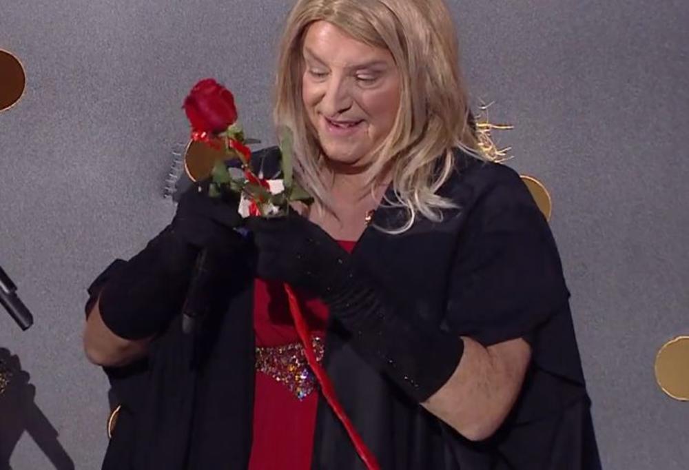 KNEZ PROSLAVIO ROĐENDAN OBUČEN KAO BARBARA STRAJSEND! Na poklon mu stigla jedna ruža, a prošli put je bila 501! (FOTO)